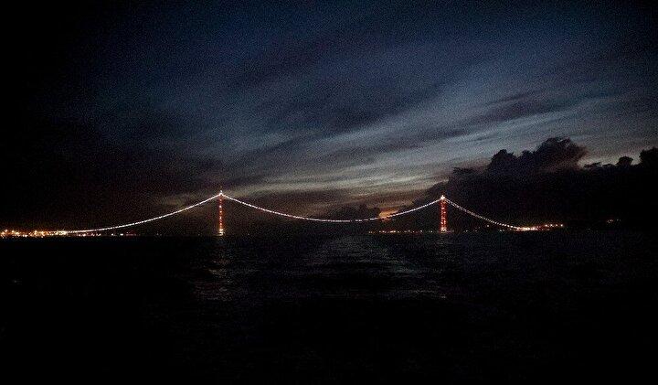 18 Mart Çanakkale Deniz Zaferi'ni temsil eden köprü 32 bloktan oluşuyor. Kulelerin en ucunda ise Çanakkale Savaşlarının unutulmaz kahramanı Seyit Onbaşı'nın sırtlayarak namluya sürdüğü top mermisi tasviri yer alacak. 1915 Çanakkale Köprüsü'nün Cumhuriyet'in kuruluşunun 100'üncü yılını temsilen orta açıklığının 2023 metre olması planlanıyor. Bu açıklık, dünyanın en yüksek kuleler arası açıklığa sahip asma köprü olması özelliğini taşıyor. Köprü hizmete açıldıktan sonra iki yaka arasındaki ulaşım mesafesi 6 dakikaya inecek. Köprünün bölgeye de ciddi faydalar sağlayacağı ve özellikle Lapseki'ye yatırımcı talebinin artacağı öngörülüyor.