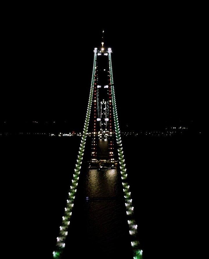 Tamamlandığında dünyanın en büyük orta açıklıklı asma köprüsü olacak olan köprünün 'kedi yolu'ndaki ışıklandırmalar, ekonomik ve stratejik öneminin yanı sıra boğazın da çehresini değiştirdi.