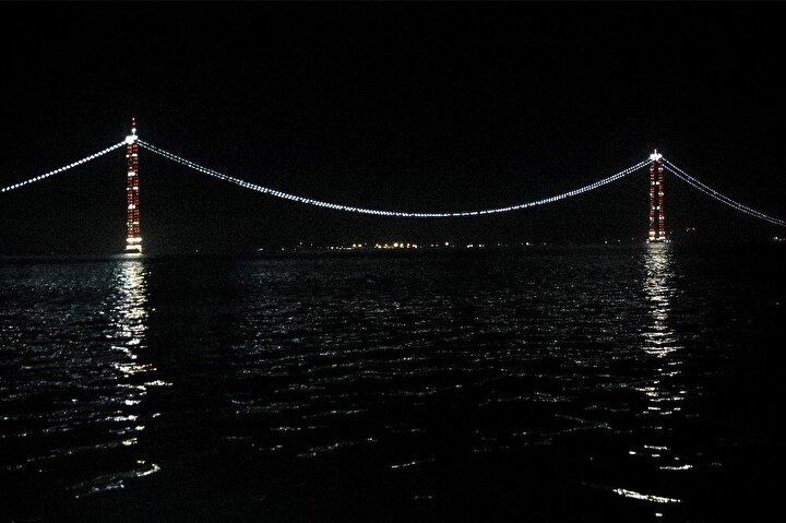 Asya ve Avrupa altıncı kez birleştirilmiş olacak 1915 Çanakkale Köprüsü ile Asya ve Avrupa denizin üstünden dördüncü kez, toplamda ise altıncı kez birleştirilmiş olacak. Tamamlandığında 2023 metre orta açıklığı ile dünyanın en uzun orta açıklıklı asma köprüsü olacak olan 1915 Çanakkale Köprüsü, 334 metrelik tepe noktası yüksekliği ile de dünyanın en yüksek kuleli asma köprüsü unvanına sahip olacak.