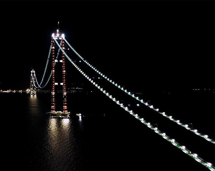 Simgelerin köprüsü olan ve yüzyılın projesi olarak adlandırılan 1915 Çanakkale Köprüsü'nün gece görünümü drone ile havadan görüntülendi.