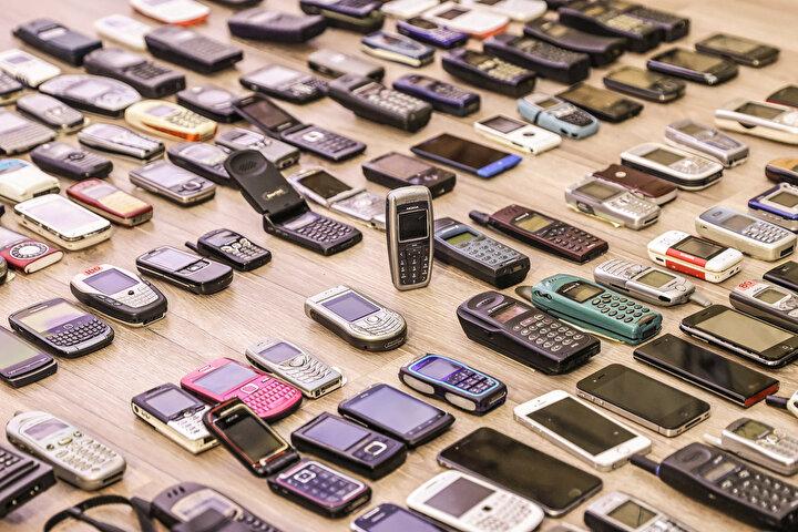 Türkiye, 1991 yılında araç telefonları sayesinde 1G teknolojisiyle tanıştı. Bu tarihten 3 yıl sonra 23 Şubat 1994te ise dönemin Başbakanı Tansu Çillerin dönemin Cumhurbaşkanı Süleyman Demireli aramasıyla gerçekleşen ilk görüşme ile cep telefonunun Türkiyedeki macerası başlamış oldu.