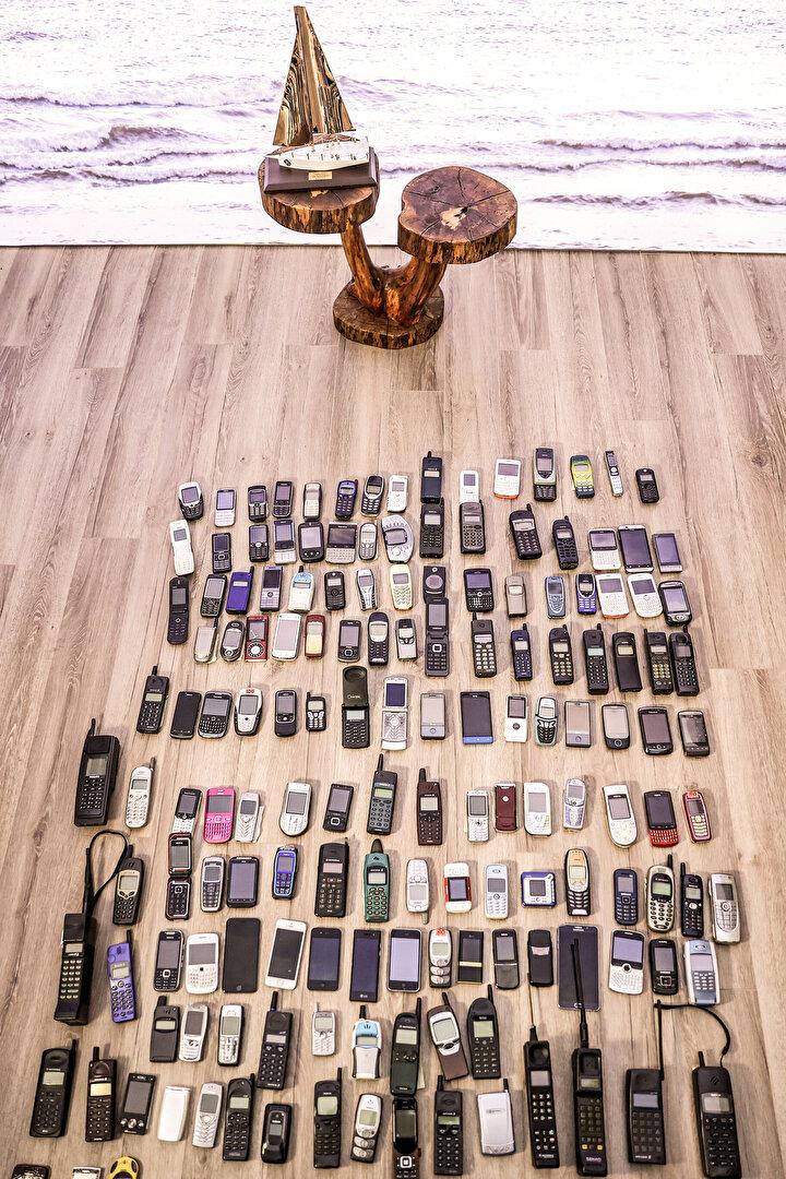 Çaldır kapat döneminden sürekli online dönemeCep telefonu tarihindeki en büyük kırılmalardan bir tanesi de Apple tarafından 2007de çıkarılan ilk iPhone modeli oldu. Bugün kullandığımız akıllı telefonlar için de bir milat olarak kabul edilen bu telefon, dokunmatik ekranı, işletim sistemi ve internet kullanımı kolaylığı ile cep telefonlarında standartları yeniden belirledi.