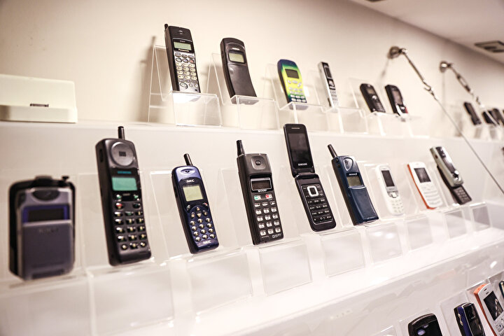 İlk yıllarında tuşlu yapısı ve büyük antenleri ile ön plana çıkan cep telefonları, pahalılığı sebebiyle sadece gerekli durumlarda sesli görüşme ve mesajlaşma aracı olarak görülüyordu. İlk yıllarında çaldır kapat şeklindeki haberleşmede de kullanılan telefonlar, zaman içinde kamera, dokunmatik, internet ve sosyal medya uygulamaları gibi yeni özelliklerin gelmesi ile ilk yıllarındaki görüntüsünden çok farklı bir çizgiye kaydı.