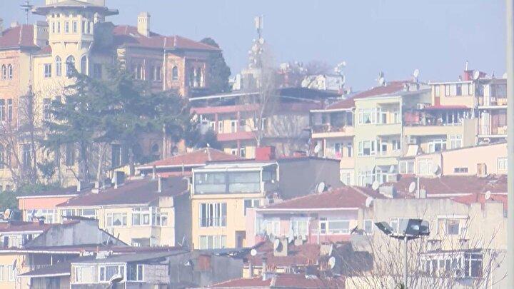 İstanbuldaki puslu havanın nedenini açıklayan  İstanbul Teknik Üniversitesi Meteoroloji Mühendisliği Öğretim Üyesi Prof. Dr. Hüseyin Toros, Şu anda ülkemizde yüksek basınç alanı hakim. Yüksek basınç alanı olduğu zaman, havada genel olarak inici bir durum söz konusudur. Normal şartlarda hava yükselir ama yüksek basınç alanlarında genel olarak hava aşağı doğru çöker. Dolayısıyla gece boyunca ışınım yoluyla yeryüzünün hızlı bir şekilde soğuması, sabah güneşin doğması ile beraber havalar ısınınca buralarda buharlaşma oluyor, yere yakın seviyede pus oluşuyor. Yüksek basınç alanlarında bir de hava hareket edemediği için, yükselemediği için atmosfere saldığımız kirleticiler  yükselemezler. Bu günlerde hava kalitesi diğer günlere göre daha düşüktür. Kirleticiler yere yakın olduğu için kalite düşmüş olur. Böyle günlerde mümkün mertebe kalitenin düşük olduğu yerlerde daha az bulunmak, vücudumuzu yoracak sportif faaliyetlerden kaçınmak lazım.  Çünkü vücut hareketlerimizin artması daha fazla solunum ve kirli havanın vücuda geçmesi anlamına geliyor dedi.
