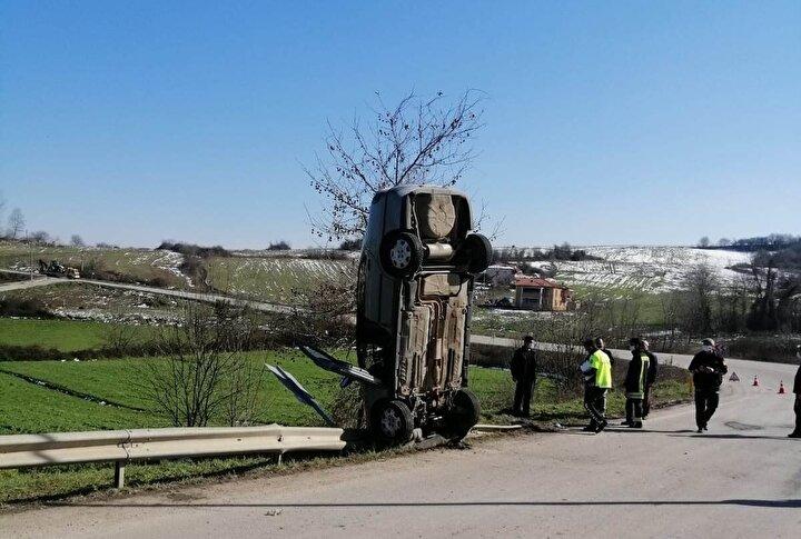 Otomobilde sıkışan sürücü, haber verilmesi üzerine olay yerine gelen itfaiye ekiplerince bulunduğu yerden çıkarıldı.