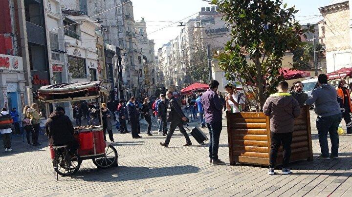 İstiklal Caddesi'ne girişlere sınır getirilmiş olmasına rağmen bu kurala da uyulmadığı, insanların sosyal mesafeye dikkat etmedikleri görüldü.