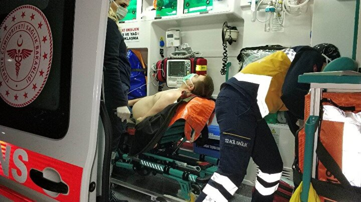 Saldırganın elinden kaçarak bir işyerine sığınarak kurtulan yaralı M.Y. neye uğradığını şaşırdı. Olay yerine polis ve ambulans sevk edildi.