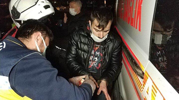 Yaralı kendisini bıçaklayanın bu kişi olduğunu söyledi. Elinden yaralı olan saldırgan S.T.'ye aynı ambulansta görevliler tarafından olay yerinde müdahale edildi.
