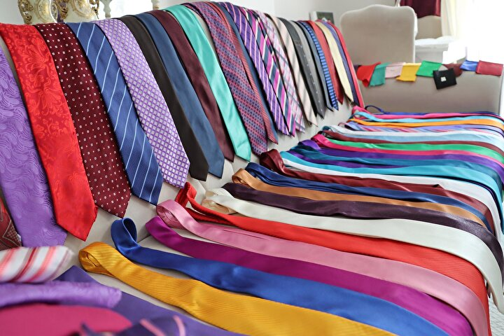 Yıllar boyunca 300 kravatlık koleksiyon oluşturan Aydın, havanın durumuna göre, günde en az üç farklı kravat takarak sokağa çıkıyor.