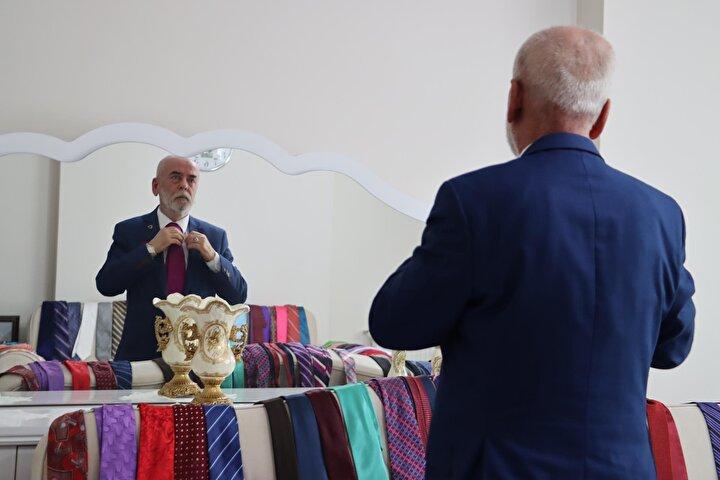 """. Bu kravatlar arasında halen takmadığım kravatlar var. Tespihimden çakmağıma, kravatıma kadar kıyafetlerimin bir uyum içerisinde olmasını isterim, öyle giyerim, rastgele şunu giyip gideyim asla demem"""" diye konuştu."""