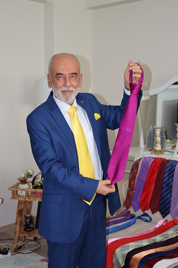 Kravat koleksiyonuna her gün bir yenisini daha eklediğini ve beğendiği kravatlara titizlikle baktığını anlatan Duran, kötü alışkanlar yerine kravatlarıyla iç içe olmanın kendisini mutlu ettiğini kaydetti.