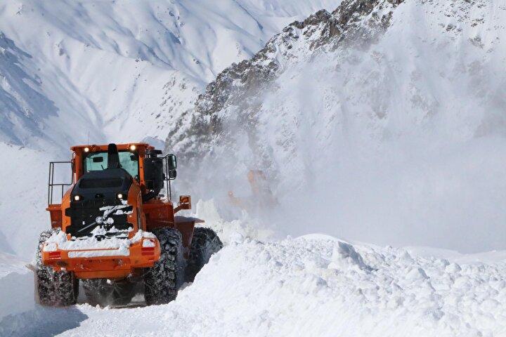 Kar yağışının ardından çığ riski nedeniyle Van-Bahçesaray kara yolu da trafiğe kapatıldı.
