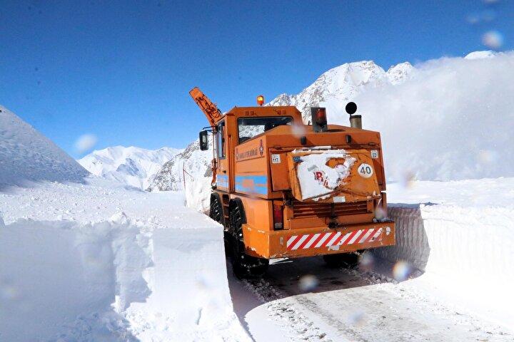 Trafiğe kapatılan yola bu süre içerisinde 4 çığ düştü. Kar yağışının durmasıyla birlikte ekipler, yer yer 3 metreyi bulan yolda da yol açma çalışması başlattı.