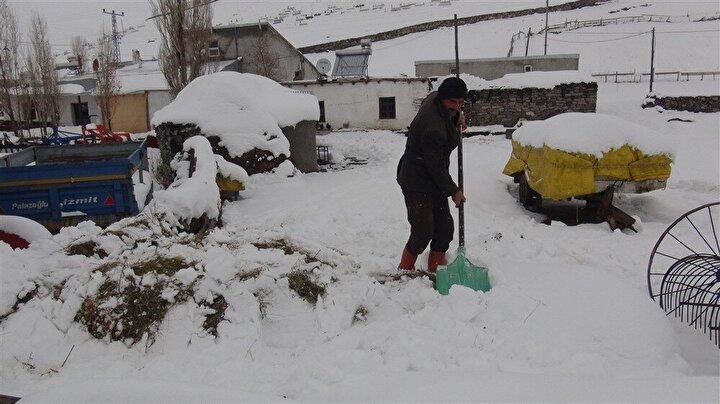 Geçimlerini hayvancılık ve tarım yaparak sağlayan köylülerin yaşamı, kışın daha da zorlaşıyor. Bir metreye ulaşan karda hayatlarını güç koşullarda devam ettirmeye çalışan vatandaşların en büyük sorunu ise ulaşım ve soğuk hava. Yüksek rakımlı dağların arasında ve ovada yan yana dizili evlerde yaşayan ve doğdukları diyarları bırakmayan vatandaşlar, zor olsa da köyde yaşamlarını sürdürmeye devam ediyor. Kışın ahıra bağladıkları hayvanları ile çocukları gibi ilgilenen köylüler, kışın çok yağan karın cefasını yazın da sefasını sürdüklerini söyledi. Sonbaharın ardından başlayan kar, neredeyse ilkbahar aylarının sonuna kadar bölgeyi terk etmiyor. Karla birlikte yaşamaya alışan vatandaşların en büyük sorunu ise ulaşım ve hava sıcaklığının sıfırın altında 25 derecelere kadar düşmesi. Köyde yaşayan çocuklar ise kar ve soğuğa rağmen kendilerini meşgul edecek oyunlar bulmaya çalışıyor. Arkadaşları ile kar topu oynayan, karda kayan çocuklar her şeye rağmen çocukluklarını yaşamaya devam ediyor.