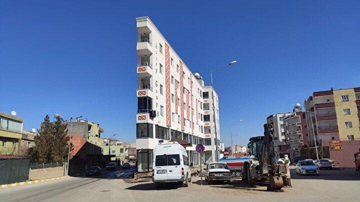 Yapısı bakımından ip bina olarak anılan apartmanı görenler gözlerine inanamıyor. 4 katlı 24 daireli apartmanın 20 dairesinin dolu olduğu, boş 4 dairenin kiralanması için de her gün onlarca kişinin talepte bulunduğu öğrenildi.