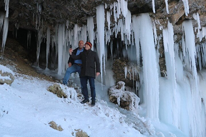 Kent merkezine 51 kilometre uzaklıkta ki Yıldız beldesinde bulunan Yıldız şelalesi de dondurucu soğuğun etkisiyle buz tuttu.