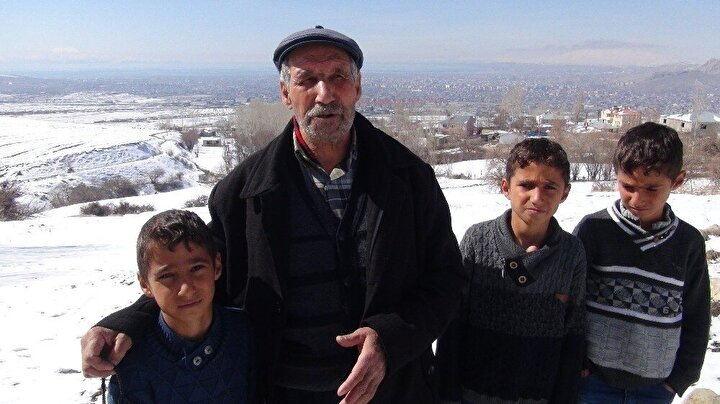 """Gülser, """"Üçüz çocuklarım Recep, Tayyip ve Erdoğan deprem yılında dünyaya geldiler. Depremin ardından İstanbul'a gittik, Cumhurbaşkanımız ile görüştük, gelip üçüzleri göreceğini söyledi. Cumhurbaşkanımızın talimatlarıyla üçüzlere bir ev yaptırıldı. Cumhurbaşkanımızı çok seviyoruz. O Allah'ı seviyor, biz onu seviyoruz. Ben de bundan dolayı çocuklarımın isimlerini Recep, Tayyip ve Erdoğan bıraktım. Yüce Rabbim onlara da Cumhurbaşkanımız gibi güzel bir yol verir, bunlar da milletine, devletine, vatanına, bayrağına sahip çıkarlar inşallah. Buradan Cumhurbaşkanımıza selamlarımı iletiyorum. Rabbim onun işini gücünü rast getirsin. Allah hiçbir zaman devletimize, vatanımıza ve milletimize zeval vermesin"""" dedi."""