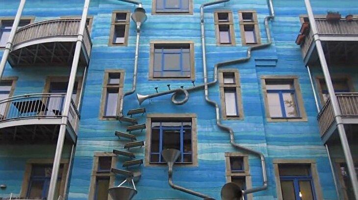 Yağmurda müzik yapan ev görenleri büyülüyor