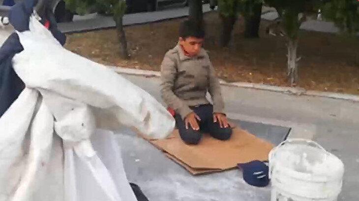 Kağıt toplayıcı çocuk ezanı duyunca işini bırakıp namaza durdu
