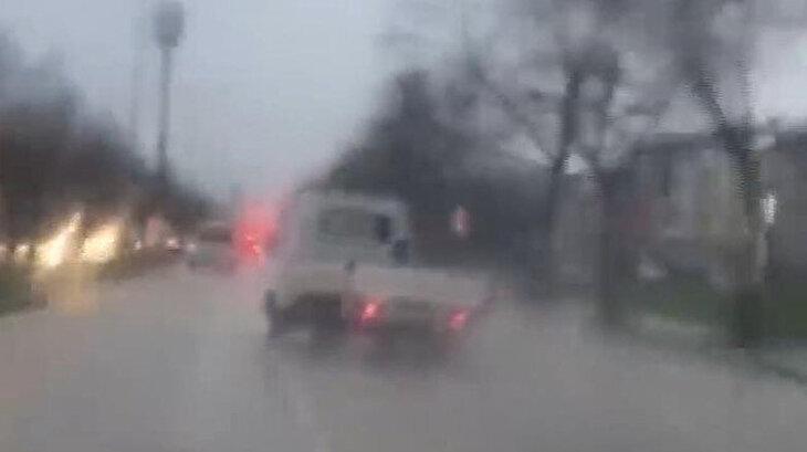 Yağmurlu havada drift yapan kamyonet tehlike saçtı