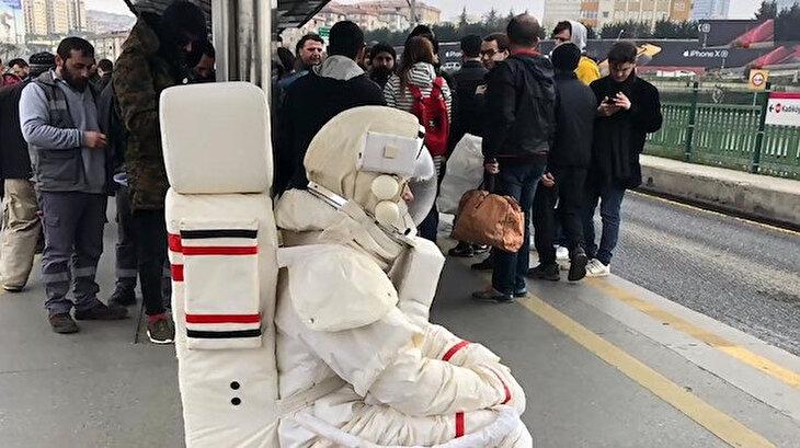 Astronot kıyafetiyle metrobüs durağında bekleyen adam görenleri şaşkına çevirdi