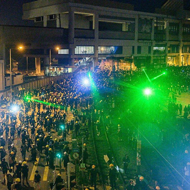 Hong Kong polisini 'kör' eden lazerli protesto