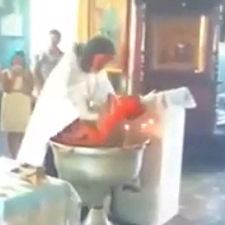 Yeni doğan bebeğe vaftiz sırasında şiddet