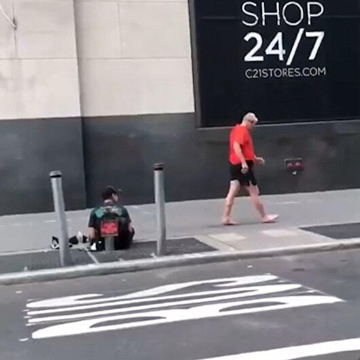 Sokakta yaşayan gence ayakkabılarını veren iyi yürekli adam