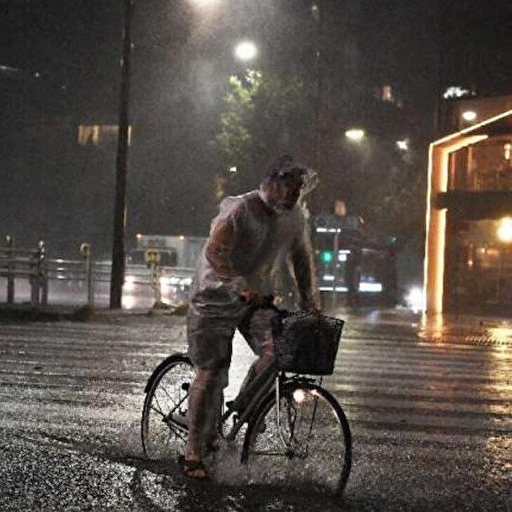 Tokyo'yu esir alan şiddetli tayfuna 'kaldırımdan' bakın