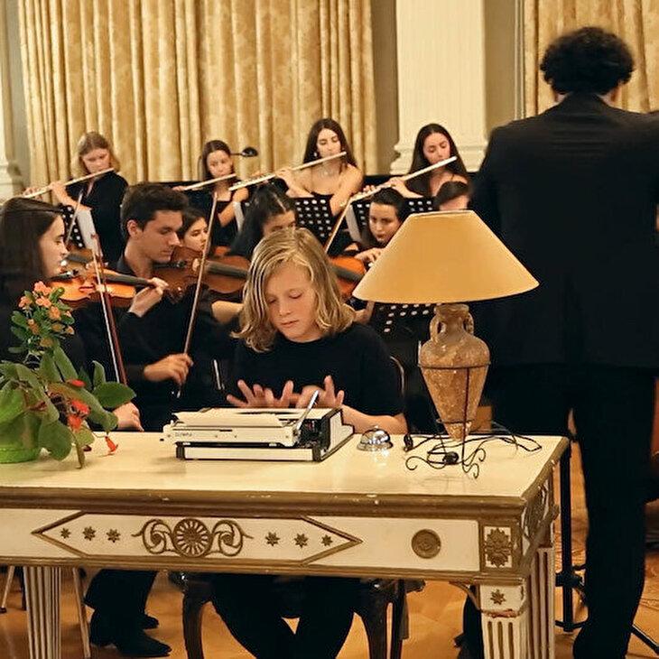 Daktilo ile orkestraya eşlik eden çocuk izleyicilerin ilgi odağı oldu