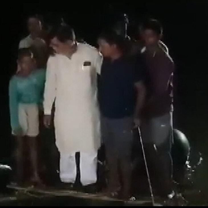 Sel bölgesini gezen Hintli milletvekili suya düştü