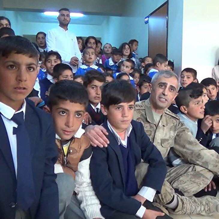 Ağrı'da yürekleri ısıtan görüntüler: Albay öğrencilere sarılıp şarkı söyledi