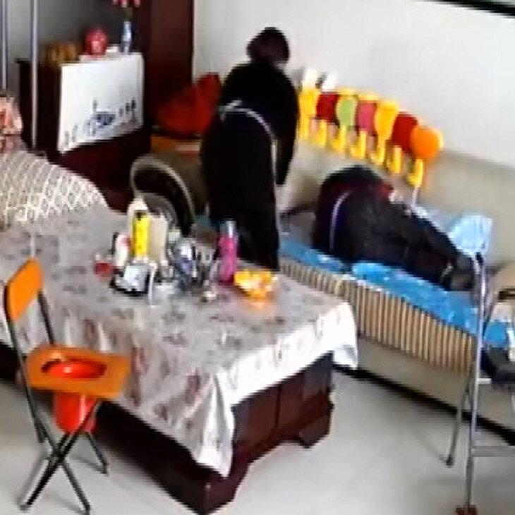 Eve gelen bakıcı 90 yaşındaki adamı böyle darp etti