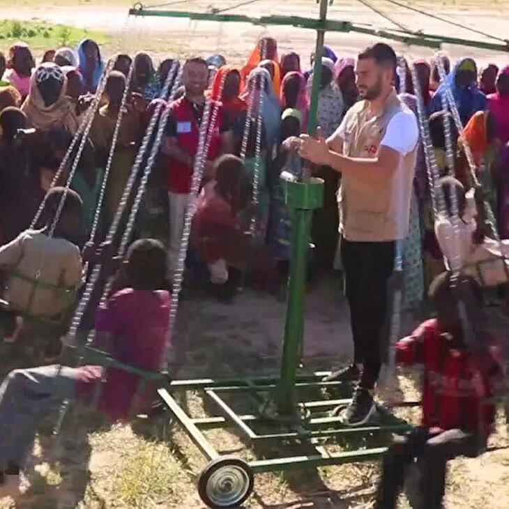 İlk kez dönme dolaba binen Kamerunlu çocukları sevinci