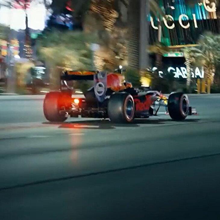 Formula 1 aracıyla Vegas'ta trafikte dolaşmak