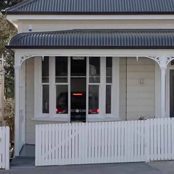 Evin dış mimarisine zarar vermeden yapılan muhteşem garaj tasarımı