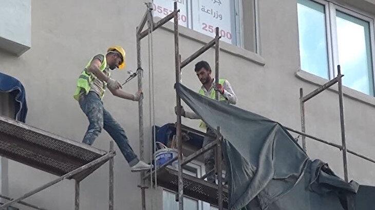 Taksim'de önlem almadan metrelerce yüksekten iskele söktüler