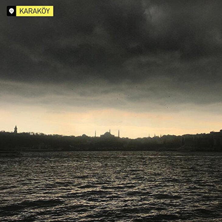 İstanbul'da kara bulutlar karpostallık görüntüler oluşturdu