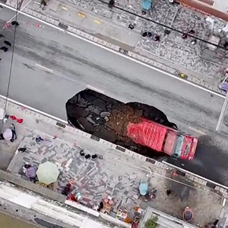 Çöken yol kamyonu yuttu