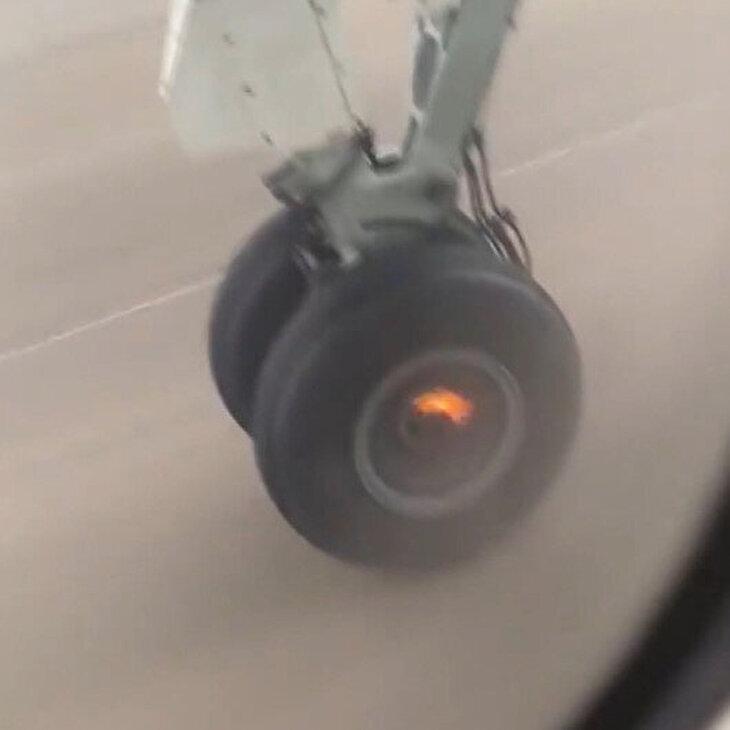 Uçağın iniş takımlarındaki tekerlek böyle düştü
