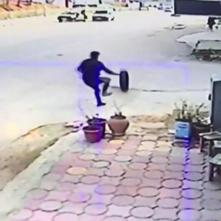 Kamyonetten fırlayan lastiği tekmeyle durdurmaya çalışan adam