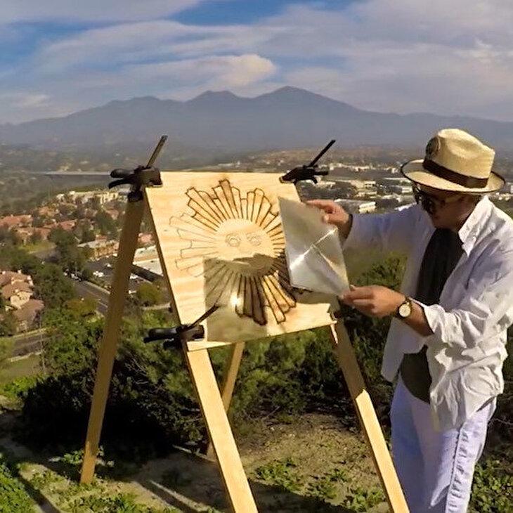 Güneş ışığı ile güneşi çizen sanatçı
