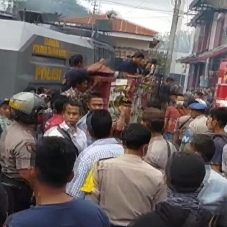Endonezya'da mahkumlar cezaevini ateşe verdi