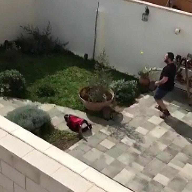 Karantinada bahçeden bahçeye pinpon oynadılar