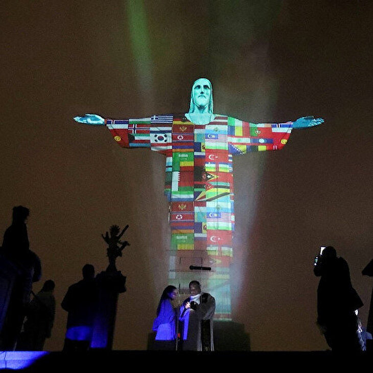Christ the Redeemer heykeli koronavirüsten etkilenen ülkelerin bayraklarıyla ışıklandırıldı