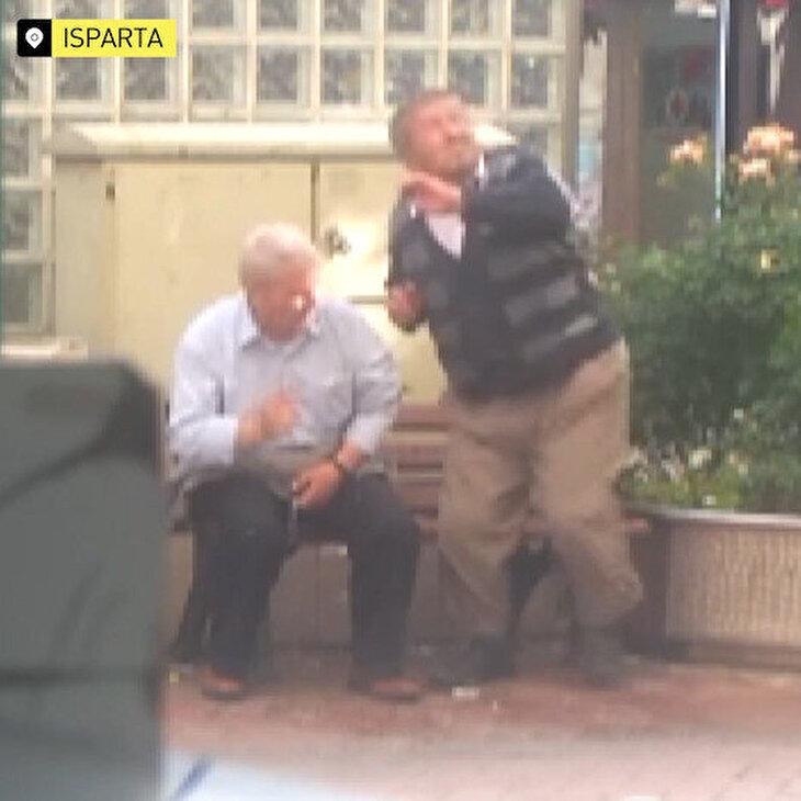 Söz dinlemeyip bankta oturan yaşlılara sulu ikaz