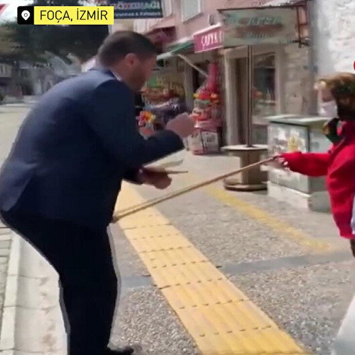 'Evinize gidin' diyen başkan, nineden bastonu yedi