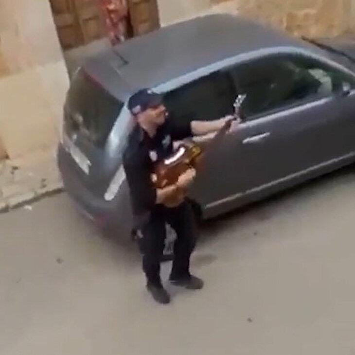 Polis memurlarından evlerine kapanan vatandaşlara mini konser