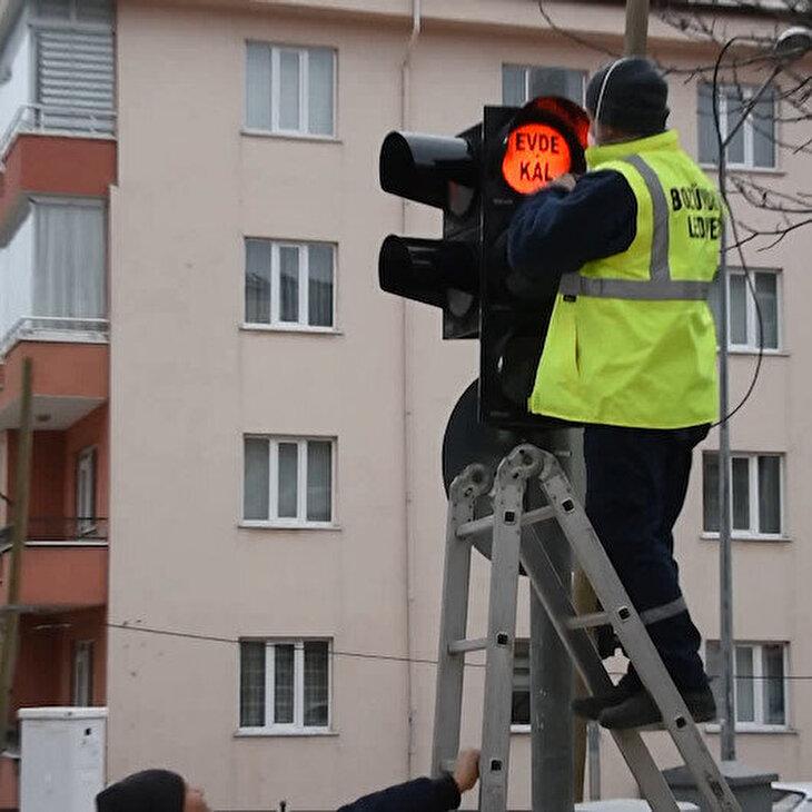 Trafik ışıklarından 'evde kal' çağrısı