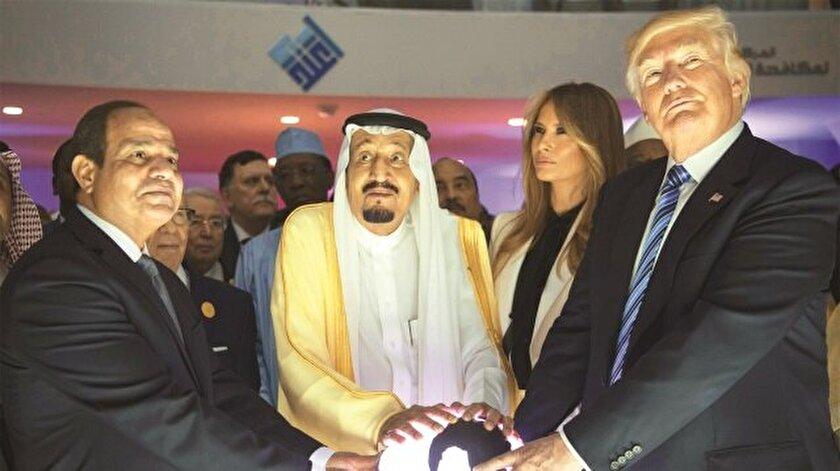 """ABD Başkanı Donald Trump'ın Suudi Arabistan ziyaretinde ilginç görüntüler ortaya çıktı. Riyad'da kurulan """"İtidal"""" Uluslararası Radikal Düşünceyle Mücadele Merkezi'nin açılışında üçlü, ışıklı dünya küresinin başında durdu. Bu kare, sosyal medyada olay yarattı."""
